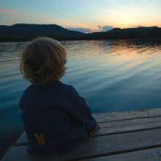 Jeune garçon qui contemple