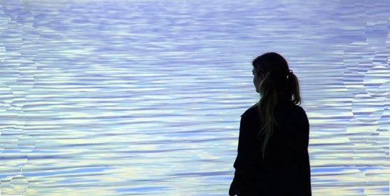 Personne sur le bord d'un cours d'eau