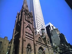 Église et gratte-ciel