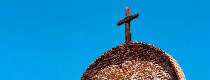Église et croix - Photo par James Lee (unsplash.com)