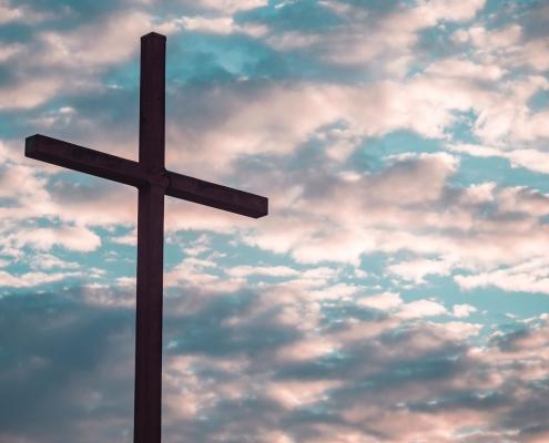 Croix et ciel - Photo par Aaron Burden (unsplash.com)