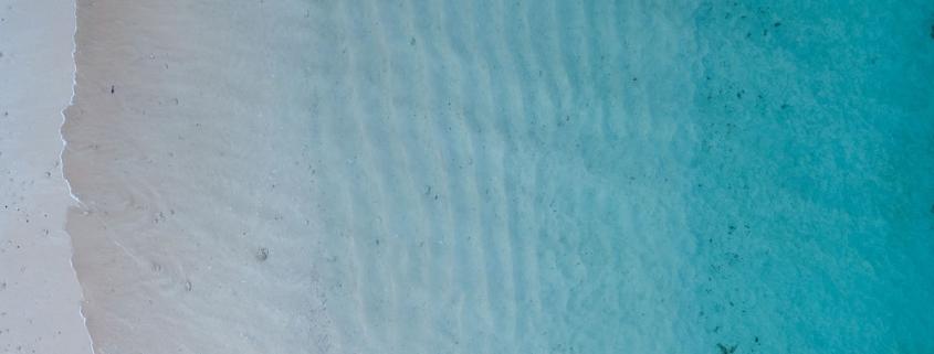 Eau, plage, profondeur - Photo par Damon Hall (unsplash.com)