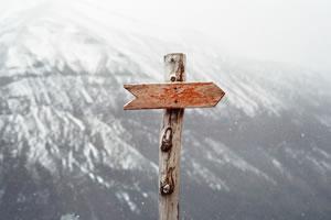 Flèche, direction, montagne par Jens Johnsson (unsplash.com)
