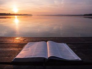 Bible et lumière par Aaron Burden (unsplash.com)