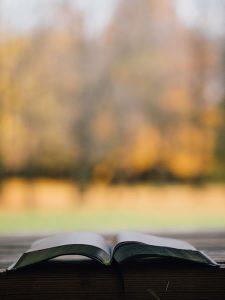 Bible et paysage par Aaron Burden (unsplash.com)