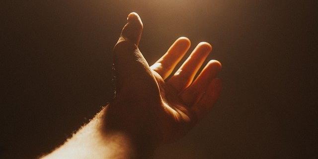 Main tendue vers la lumière