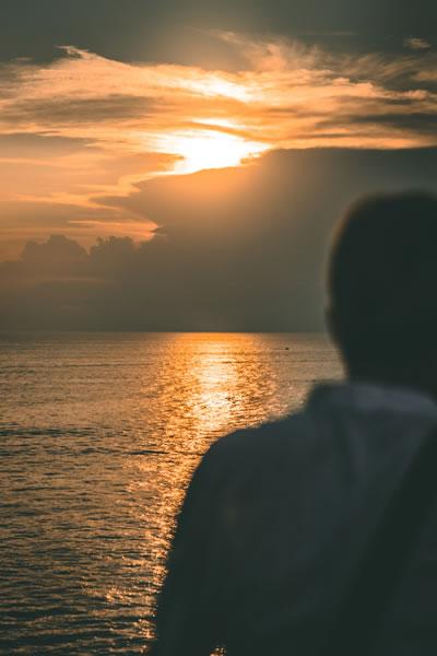 Personne et soleil par Roland Denes (unsplash.com)
