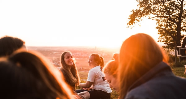 Rencontre de personnes dans la joie par Noah Benjamin (unsplash.com)