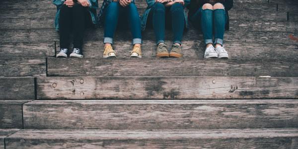 Jambes d'adolescents par Gaelle Marcel (unsplash.com)