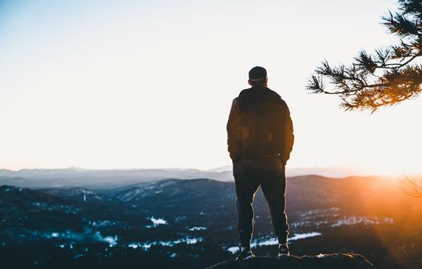 Homme, montagne, lumière par Jakob Owens (unsplash.com)