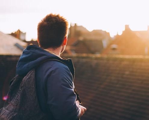Jeune homme, lumière par Luke Porter (unsplash.com)