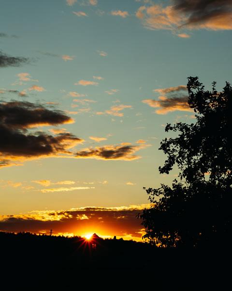 Soleil, crépuscule, noirceur par Irina Iriser (unsplash.com)