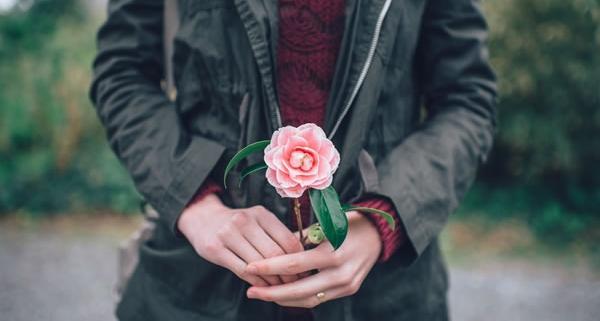 Femme et fleur de Ian Schneider (unsplash.com)