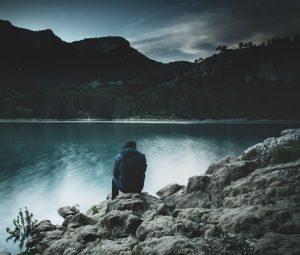 Homme seul en silence par Guillaume de Germain (unsplash.com)