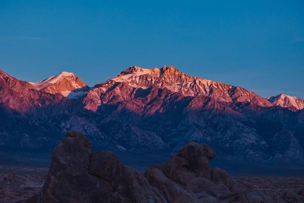 Montagne, roc sur fond de ciel bleu par Ash Edmonds (unsplash.com)