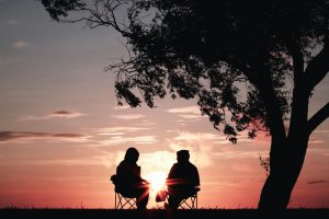 Conversation, soleil par Harli Marten (unsplash.com)