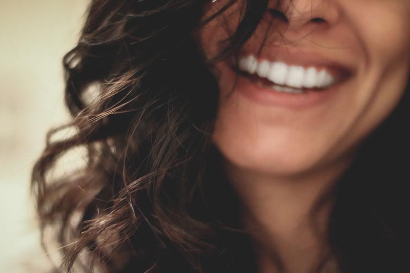 Sourire d'une femme par Lesly Juarez (unsplash.com)