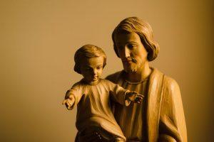 Saint Joseph et enfant Jésus de Josh Applegate (unsplash.com)