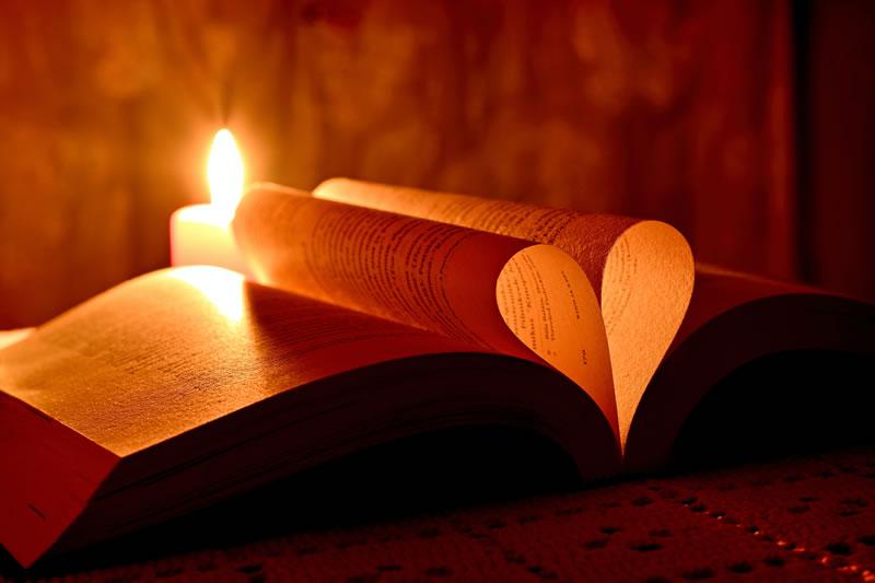 Lumière, Bible, Coeur par Andres Siimon (unsplash.com)