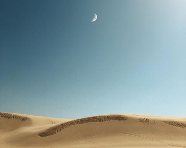 Désert et lune de Jordan Steranka (unsplash.com)