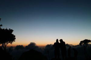 Deux personnes, crépuscule par Tom Cleary (unsplash.com)