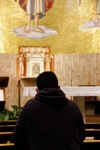 Homme qui prie dans une Église de Francesco Alberti (unsplash.com)