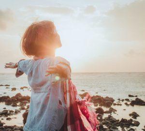 Jeune femme qui s'émerveille par Fuu J (unsplash.com)