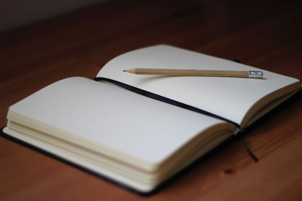 Cahier vierge ouvert par Jan Kahanek (unsplash.com)