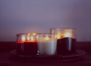 Trois bougies de Sharon Mccutcheon (unsplash.com)
