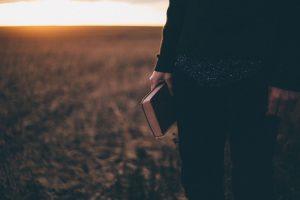 Personne avec bible à la main de Priscilla du Preez (unsplash.com)