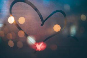 Coeur illuminé par Michael Fendon (unsplash.com)